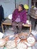 Woman selling dried fish at street market, Hong Kong — Stock Photo