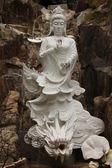 Socha bohyně, stojící nad drakem v klášteře buddhů deset tisíc — Stock fotografie