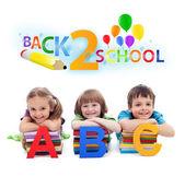 Tillbaka till skolan - barn med böcker och bokstäver — Stockfoto