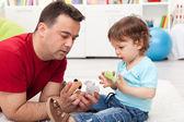 Fils de père et enfant jouant — Photo