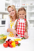 Chopping up vegetables with mom — Stock Photo