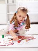 Liten flicka målning med finger — Stockfoto