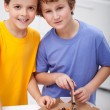 Boys with pizza — Stockfoto