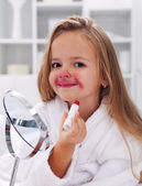 Küçük kız makyaj ile oynama — Stok fotoğraf