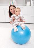 Bébé, gymnastique et amusant — Photo