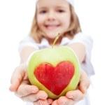 holčička jako ošetřovatelka, která vám jablko — Stock fotografie