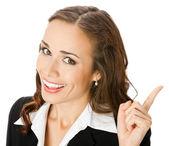 Donna d'affari giovane sorridente felice mostrando — Foto Stock