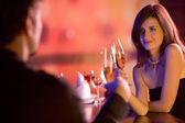 Casal com copos de champanhe na data — Foto Stock