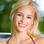 Leende ung vacker kvinna, utomhus — Stockfoto