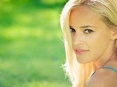 Genç güzel kadın, açık havada — Stok fotoğraf