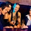 mladí spokojený s šampaňským na party — Stock fotografie