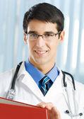 Retrato do doutor feliz no escritório — Fotografia Stock