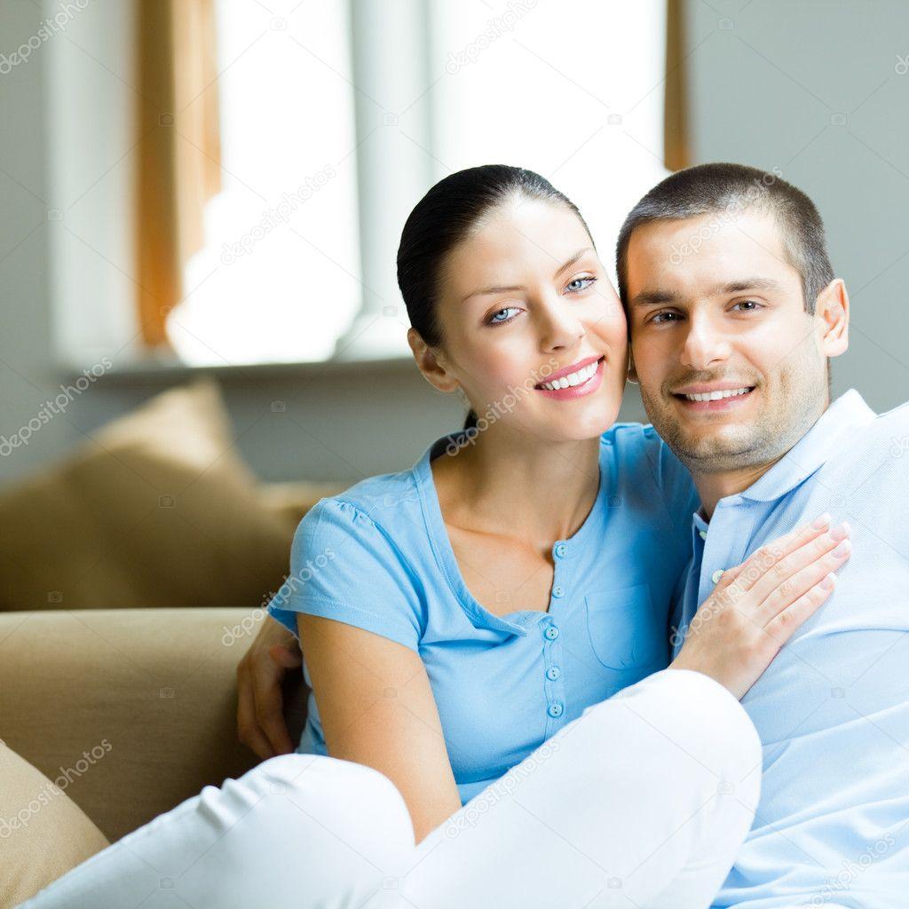 Супружеская пара на диване 13 фотография