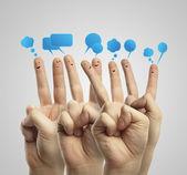 Groupe heureux de smileys de doigt avec bulles de signe et de la parole de causerie sociale — Photo