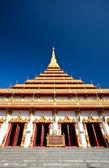 Beau temple sur fond de ciel bleu — Photo