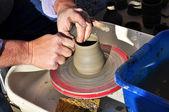 Artigiano crea una pentola di terracotta con un tornio — Foto Stock