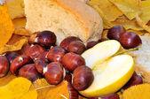 Natura morta con pane, mele e castagne — Foto Stock