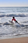 Man dives into sea with surfboard — Stock Photo