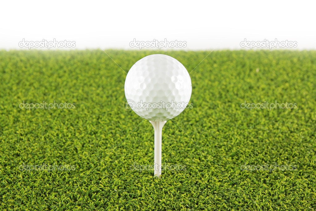 Golf ball on tee ,Focus on the ball. — Lizenzfreies Foto #10659363