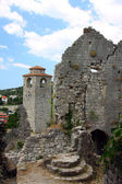 Ruínas da igreja e torre do relógio na cidade velha de bar em um dia ensolarado — Foto Stock