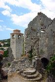 Ruinas de la iglesia y la torre del reloj en el casco antiguo de bar en un día soleado — Foto de Stock