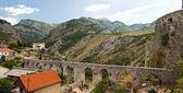 виадук в горах, ведущих к древней крепости — Стоковое фото