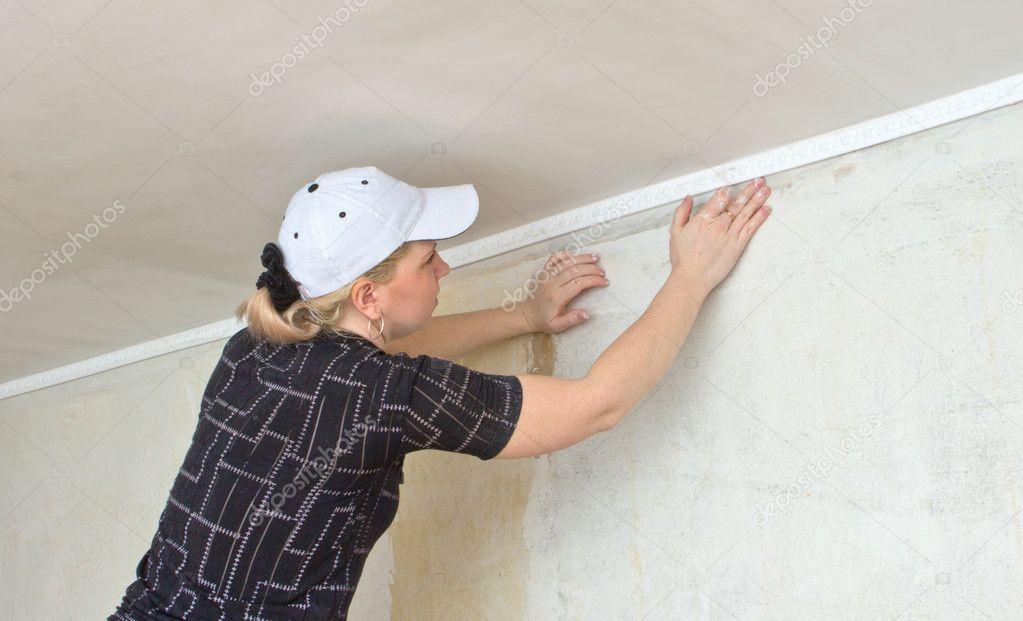 Что делать если плинтус приклеен к натяжному потолку