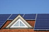Tetto con impianto fotovoltaico — Foto Stock