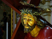 иисус падает под крестом — Стоковое фото