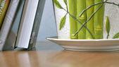 Libros y una planta de interior en una mesa — Foto de Stock