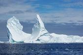 有两个顶点的冰山. — 图库照片