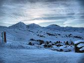 Sonnenuntergang über einem verschneiten montafon — Stockfoto