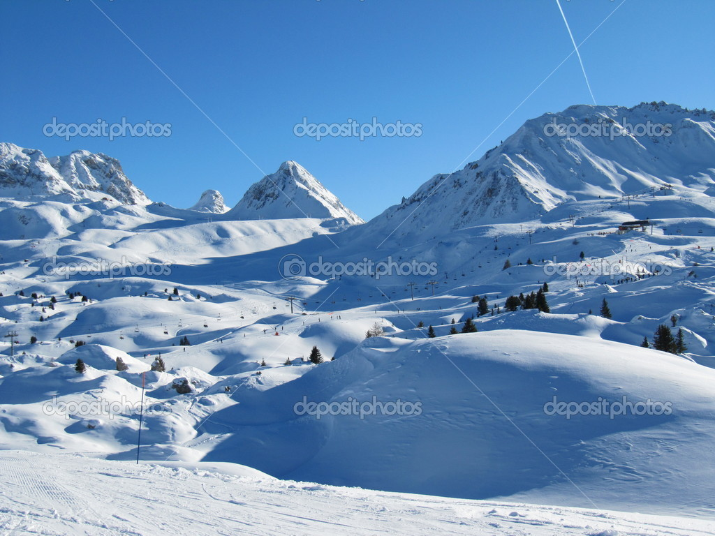 A snowy alpine vista — Stock Photo #8591068
