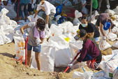 Bangkok THAILAND - OCT 31: Thai volunteers made sand bags — Stock Photo