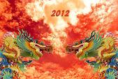 Chinês dragão dourado com fundo de coluna e céu, 2012 — Fotografia Stock