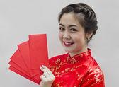 ładny chinka gospodarstwa czerwone torby na chiński nowy rok — Zdjęcie stockowe
