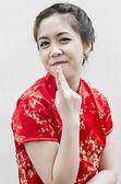 Schoonheidsspecialiste touch en examen gezondheid vrouw gezichtgülümseyen güzel çinli genç kadın ile gelenek c el hareketi — Stok fotoğraf