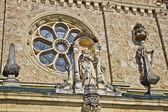 Iglesia detalle arquitectónico - estatua de ventana y santo — Foto de Stock