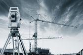 Engenheiro de geodésia e construção ao pôr do sol — Foto Stock
