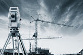測地学エンジニアおよび日没時の建設 — ストック写真