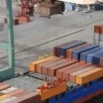 Crane sänka behållare på fartyg — Stockfoto