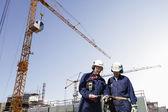 Travailleurs de contruction, grues et machines — Photo