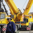 Giant mobile cranes and site-workers - 图库照片
