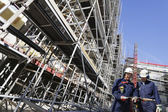 Andamios gigante y los trabajadores de la construcción — Foto de Stock