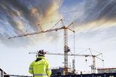 Geodesie ingenieur en bouw bij zonsondergang — Stockfoto
