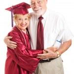 Licenciado en anciano con orgulloso marido — Foto de Stock