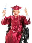 äldre examen i rullstol — Stockfoto
