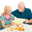 Senior koppel - medische rekeningen — Stockfoto