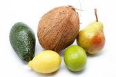 Frutas frescas, isoladas em um fundo branco. — Foto Stock