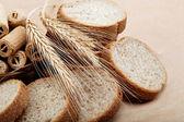 свежий хлеб, изолированные на светло коричневый фон. — Стоковое фото